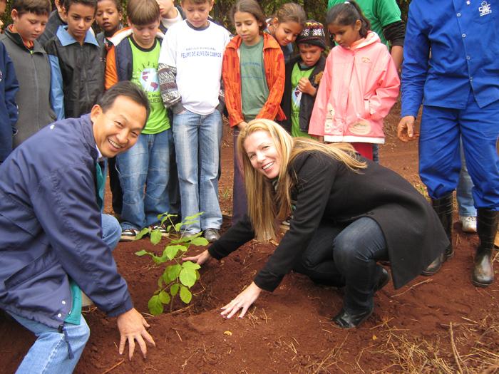 liane e sergio plantando muda de árvore